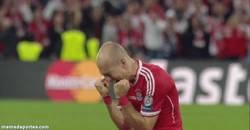 Enlace a GIF: Así se celebra el triunfo y el fin de una maldición, grande Robben