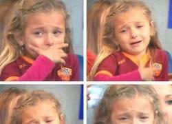 Enlace a La hija de Totti llorando después de que Roma perdiera la final de la copa