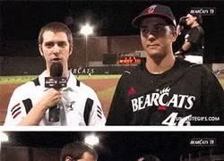 Enlace a GIF: Joder entrevistas, los jugadores de los Bearcats saben cómo hacerlo