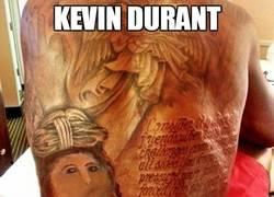 Enlace a Kevin Durant y la restauración de su tatuaje