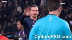 Enlace a GIF: Ibra al árbitro