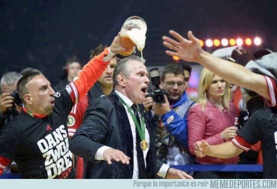 144094 - Ribéry vengándose echándole cerveza a Heynckes