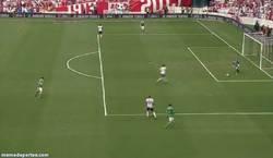 Enlace a GIF: Ter Stegen haciendo un Valdés