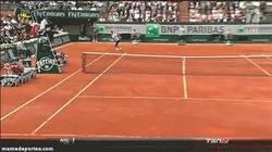 Enlace a GIF: Increíble punto de Roger Federer