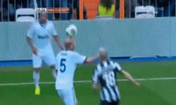 Enlace a GIF: Zidane demostrando que aún le queda magia