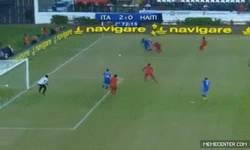 Enlace a GIF: Jugadón de Balotelli que acaba en gol