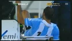 Enlace a GIF: Javier Mascherano en el momento de la patada al camillero