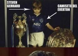 Enlace a ¿Steven Gerrard con una camiseta que no es del Liverpool?
