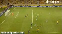 Enlace a GIF: Sombrerito de Neymar ante México