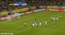 Enlace a GIF: Balotelli y su manía de no fallar penaltis