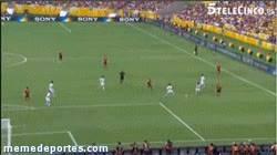 Enlace a GIF: Torres, aparte de goles importantes, también marca a Tahití