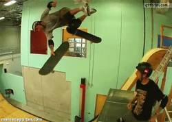 Enlace a GIF: Tony Hawk ayuda a Andy McDonald con uno de sus trucos