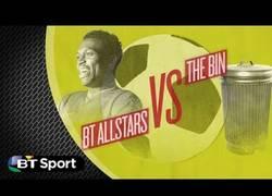 Enlace a VÍDEO: Jugadores de Reino Unido intentando meter la pelota en una papelera ¿Quién lo conseguirá?