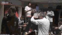 Enlace a GIF: Carlo Ancelotti al firmar por el Real Madrid