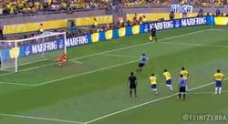 Enlace a GIF: Julio César haciendo un paradón para parar el penalti lanzado por Forlán