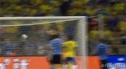 Enlace a GIF: Paulinho da el pase a la final a Brasil con un gol de cabeza