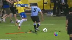 Enlace a GIF: Neymar frente Uruguay. Versión 5: Rastrillo Vs Neymar