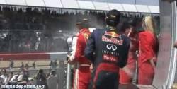 Enlace a GIF: Echaremos de menos las costumbres de Webber en el podio