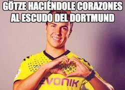 Enlace a Götze haciéndole corazones al escudo del Dortmund