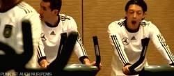 Enlace a GIF: Más feo que Özil bostezando
