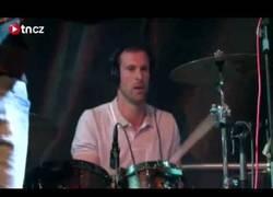 Enlace a VÍDEO: Peter Cech se luce tocando la batería un Cover de Nirvana