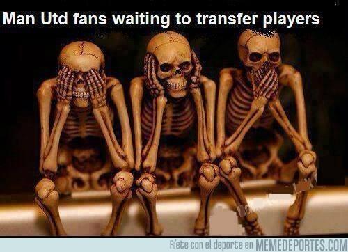 166355 - Aficionados del Manchester United esperando fichajes de jugadores