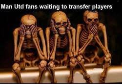 Enlace a Aficionados del Manchester United esperando fichajes de jugadores