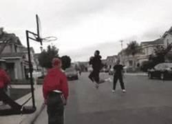 Enlace a GIF: Jugada de baloncesto épica