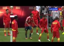 Enlace a VÍDEO: Thiago 'juega' con el Barça en el Allianz Arena de Múnich