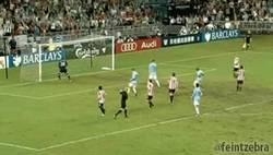 Enlace a GIF: Dzeko haciendo un Sergio Ramos