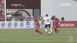 Enlace a GIF: Golazo de Coutinho barriendo el área