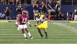 Enlace a GIF: Para que luego digan que el fútbol americano sólo es correr ''p'alante'', ¡menuda finta!