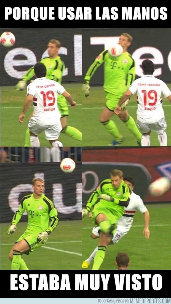 171488 - Neuer vacilando a los delanteros sin usar las manos