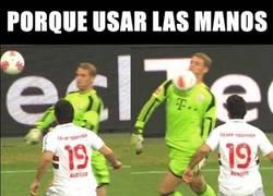 Enlace a Neuer vacilando a los delanteros sin usar las manos
