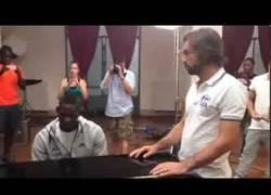 Enlace a VÍDEO: Balotelli tocando el piano ante la mirada de Pirlo, ¿fake o artista?