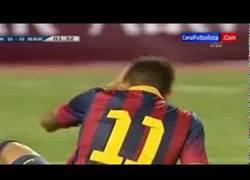 Enlace a VÍDEO: Pelotazo del portero de Tailandia a Neymar. ¿Y los reflejos, Ney?