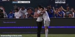 Enlace a El gesto de Cristiano Ronaldo con el niño que salto al campo