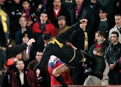 Enlace a ¿Que Cantona le da una patada a un aficionado?