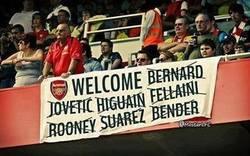 Enlace a Aficionados de Arsenal esperando fichajes