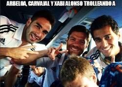 Enlace a Arbeloa, Carvajal y Xabi Alonso trolleando al novato