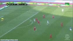 Enlace a GIF: Y éste es el primer gol de la temporada 2013-2014. Golazo