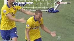 Enlace a GIF: Lo quieren echar del Arsenal, mete 2 goles y da la victoria a su equipo