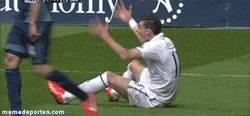 Enlace a GIF: La croqueta, la manera de reclamar falta de Bale, seguro que se adapta rápido