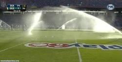 Enlace a GIF: Se encienden los aspersores en medio de un partido de fútbol americano