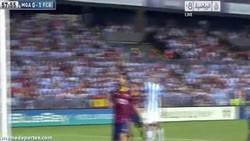 Enlace a GIF: Piqué y su espaldinha al palo en el partido contra el Malaga