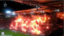 Enlace a GIF: La afición de Legia protesta contra la UEFA por multa de €30 mil y el cierre de la grada norte