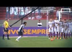 Enlace a VÍDEO: Ronaldinho ayer se salió, aquí su doblete de falta [1:15]