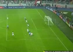 Enlace a GIF: Golazo de Suarez vs Perú que vale 5º puesto en Eliminatorias