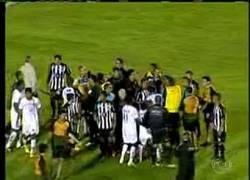 Enlace a VÍDEO: Masajista entra al campo, detiene un gol y su equipo se clasifica
