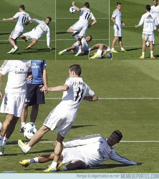 186127 - Cristiano marcando terreno con Bale